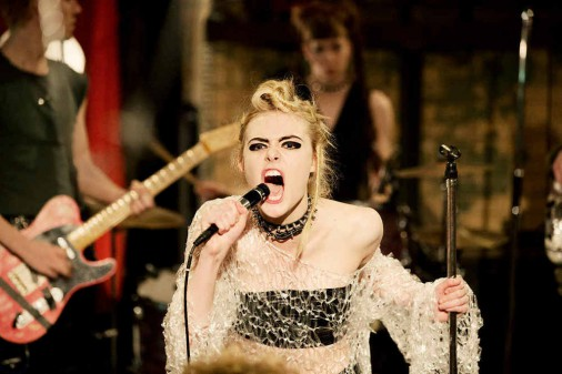 HOW TO TALK TO GIRLS AT PARTIES: nouvelles images de Nicole Kidman et Elle Fanning en punks